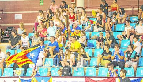Lluís Tomàs evita el gol en un tret de Pablo Álvarez. Oruste, Andreu i Cañellas celebren el gol que va ser anul·lat. Mig centenar de seguidors van animar els llistats.