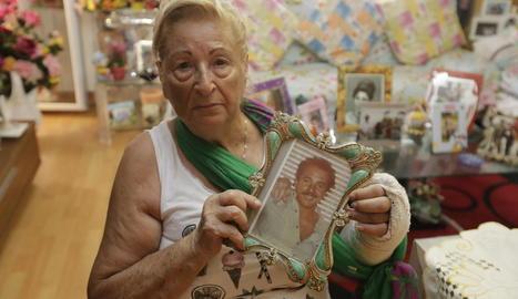 María Hidalgo sosté una imatge del seu fill, del qual es va trobar el cotxe el 1999 al canal de Seròs.