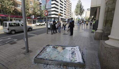 Un cotxe va xocar ahir contra una tanca a l'avinguda Catalunya.