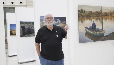 Llorenç Melgosa, ahir a la Biblioteca durant l'obertura al públic de la mostra fotogràfica.