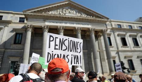Mobilització de pensionistes davant del Congrés, ahir.