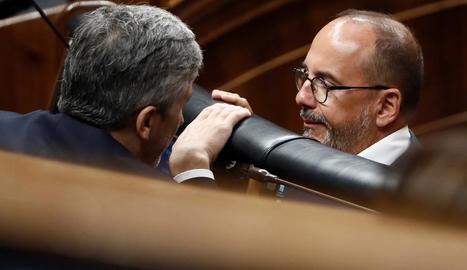 Carles Campuzano, parlant amb el ministre Fernando Grande-Marlaska ahir al Congrés.