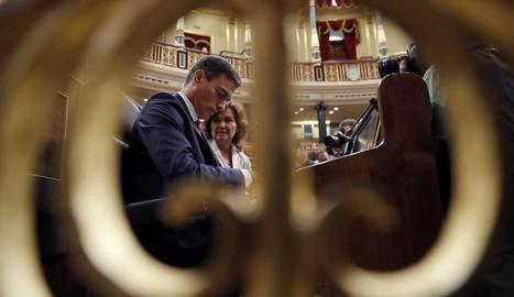 Pedro Sánchez al costat de la vicepresidenta, Carmen Calvo, ahir al Congrés dels Diputats.