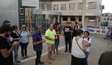 Una vintena de persones s'ha concentrat a les portes del Canyeret