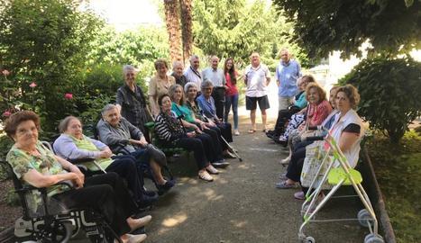 Foto de família d'alguns dels professionals i residents del Sant Hospital.