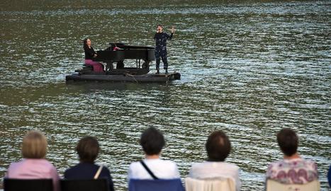 Un moment de l'actuació sobre les aigües del pantà de Rialb.
