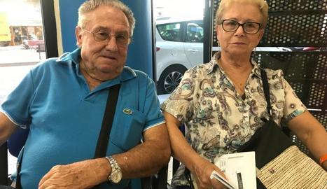 L'agència d'El Corte Inglés de Lleida, ahir al matí, amb diverses persones que esperen per comprar viatges de l'Imserso.