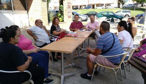 Els regidors d'ERC, ahir amb veïns del barri de la Mariola.
