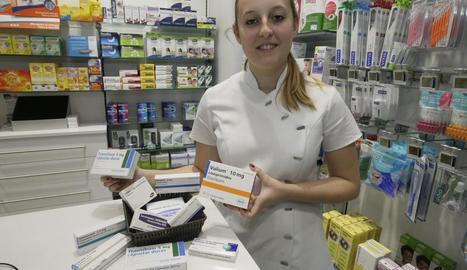 Imatge d'arxiu d'una farmacèutica amb envasos de psicofàrmacs.