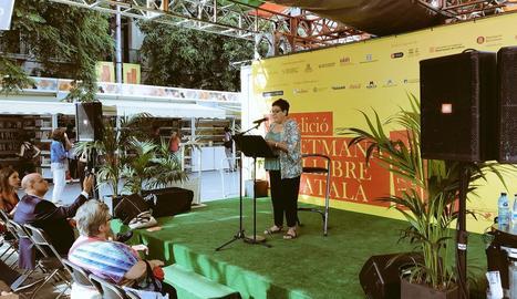 Anna Villalonga, ahir llegint Pedrolo a la Setmana del Llibre.