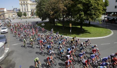 Estelades i llaços grocs van rebre la Vuelta a Ponts.