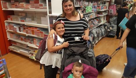 La Sílvia i els seus dos fills, a la recerca de material escolar.