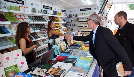 El ministre de Cultura, passejant per la Setmana del Llibre en Català.