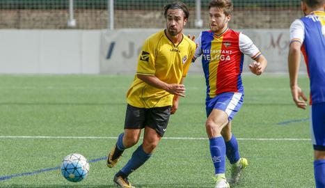 Un jugador del Tàrrega i un altre de l'Andorra pugnen per la pilota, ahir durant el partit.