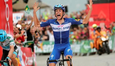 El jove corredor balear Enric Mas, de 23 anys, celebra eufòric el triomf ahir a l'etapa que va discórrer per Andorra.