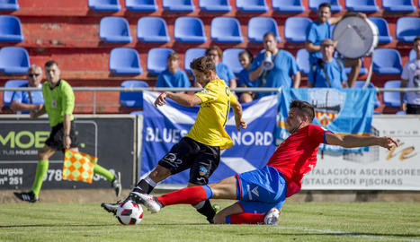 Pedro Martín s'emporta la pilota davant de Bikoro.
