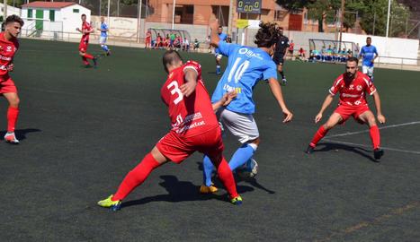 L'holandès Mink Peeters controla una pilota assetjat per un rival, ahir durant el partit.