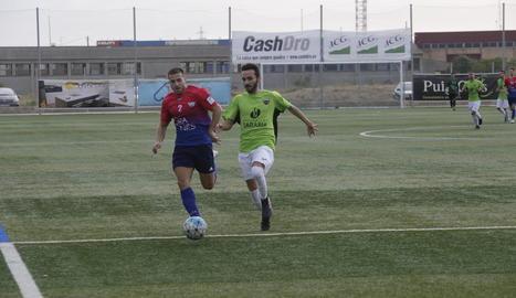 Una jugada del duel que va enfrontar ahir al Complex Esportiu Segrià el Torrefarrera i l'Alpicat.