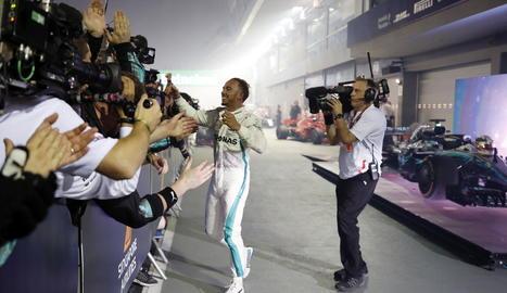 Lewis Hamilton, al baixar del Mercedes ahir, una vegada aconseguida la victòria al circuit urbà de Marina Bay.