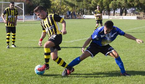 Un jugador de l'Angulària controla la pilota davant un jugador del Solsona B.