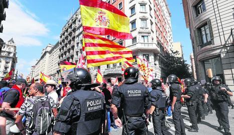 Els Mossos van fer un cordó de seguretat a Via Laietana per evitar que les dos manifestacions s'ajuntessin.