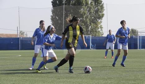 Montse, del Pardinyes, porta la pilota mentre la pressiona Paula per darrere.