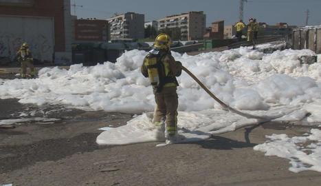 L'incendi d'ahir a les instal·lacions d'Ilnet a Pardinyes va causar una gran fumarada. A la dreta, un bomber després de controlar-lo.