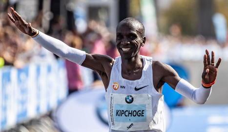 L'atleta kenià mostra la seua felicitat després de batre la plusmarca mundial.