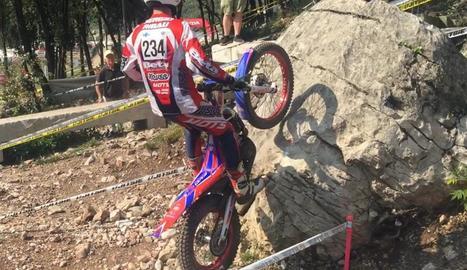 Sergi Ribau supera un obstacle durant la prova.