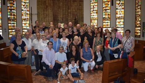 Els integrants de la Coral, acompanyats dels seus familiars i amics, després de l'actuació.