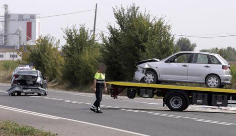 Els dos cotxes implicats en l'accident al punt quilomètric 456 de la carretera N-II.