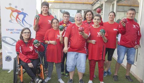Usuaris de l'Associació Alba, en un dels entrenaments de 'bocce'.