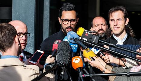 El raper mallorquí Valtonyc va comparèixer davant dels mitjans a la sortida del tribunal de Gant.