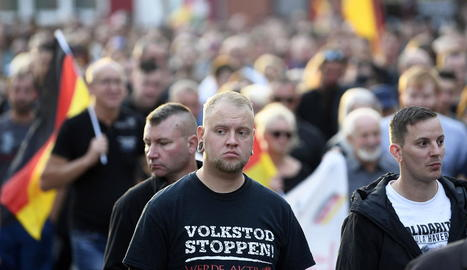 Ultradretans manifestant-se a Kötchen diumenge.