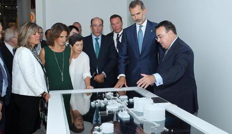 El rei escolta les explicacions de l'organització al costat de la ministra Rivera i la delegada Cunillera.