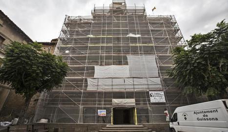 Imatge de la façana de l'església de Santa Maria de Guissona, en obres des del mes de juny passat.