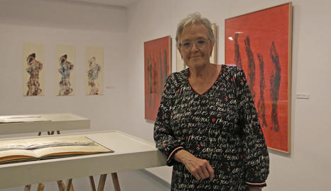 L'artista lleidatana Teresa Vall Palou, ahir amb algunes de les seues obres a la nova exposició.