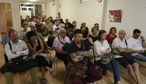 Més d'un centenar de veïns d'Universitat van assistir a la reunió a la seu veïnal.