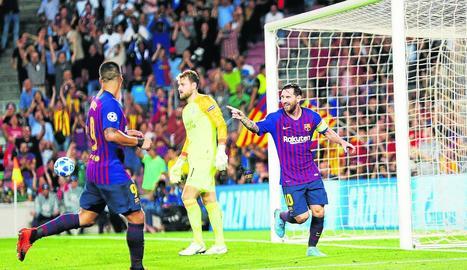 Messi celebra un dels tres gols que va firmar ahir davant del PSV.