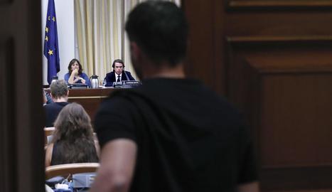 Imatge de Gabriel Rufián a l'entrar a la sala del Congrés dels Diputats, i al fons es veu l'expresident José María Aznar.