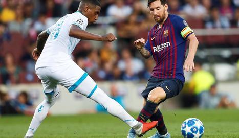 Leo Messi es disposa a driblar el centrecampista del PSV, Pablo Rosario.