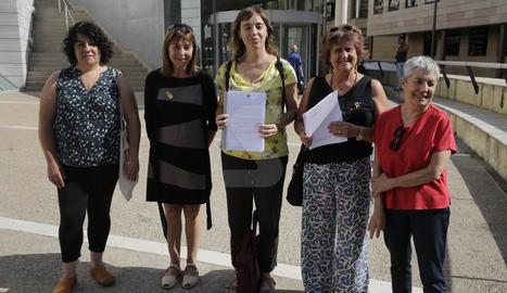 Les representants del Grup Dones de Lleida, aquest dimecres als jutjats.