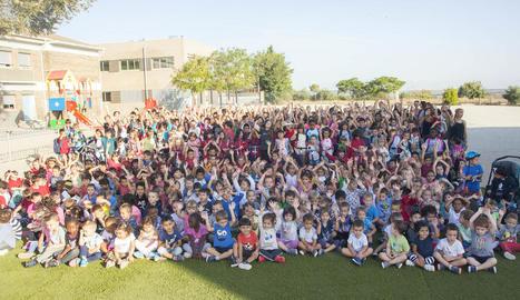 Fotografia de família dels alumnes de l'escola Àngel Guimerà de Tàrrega que ahir van participar en aquesta iniciativa sostenible.