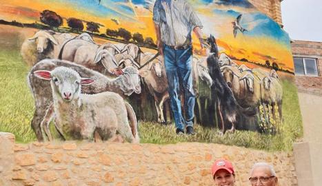 Lily Brik i Llorenç Manuel al costat del mural.