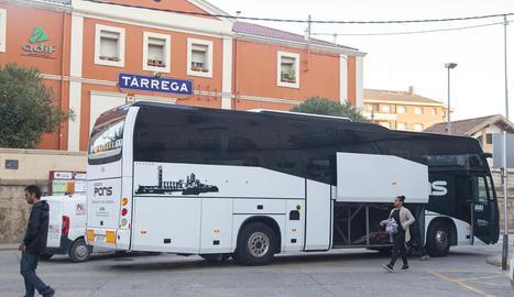 Viatgers a l'estació de Tàrrega agafant l'autocar noliejat per Renfe per l'avaria d'un tren.