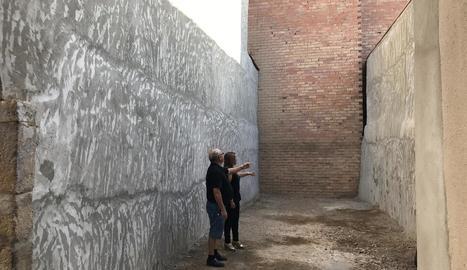 A la dreta, el mur que s'ha de demolir per a la connexió.