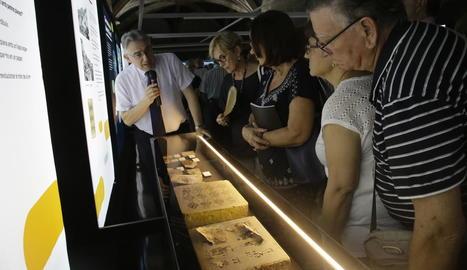 Antoni Lacasa, durant la visita guiada d'ahir després de la inauguració de l'exposició a l'IEI.