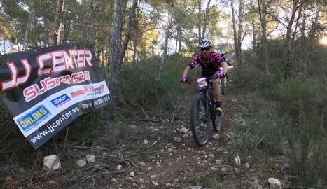 Una imatge de l'edició anterior, amb un motociclista darrere un biker donant suport durant la prova.