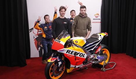 Màrquez i Pedrosa van sorprendre els aficionats que es van fotografiar ahir amb l'Honda RC213V.