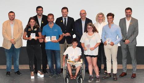 Els esportistes guardonats per la Generalitat a l'Alt Pirineu i Val d'Aran després de l'acte celebrat al Pont de Suert.